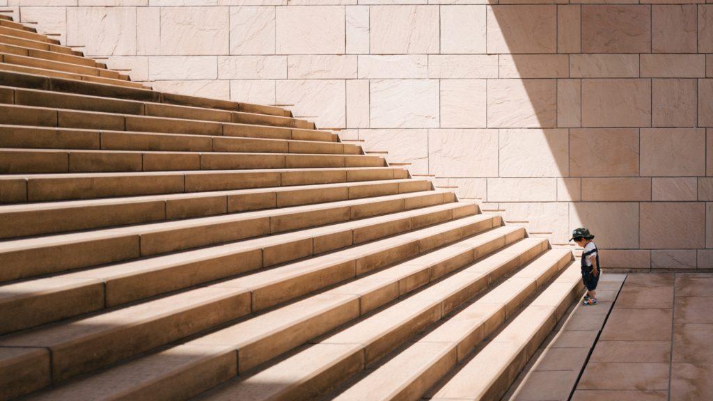 階段を上り始める人の画像