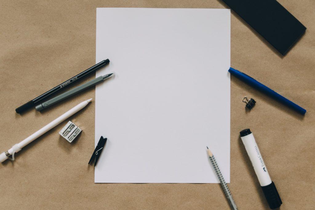神とペンが机の上にある画像