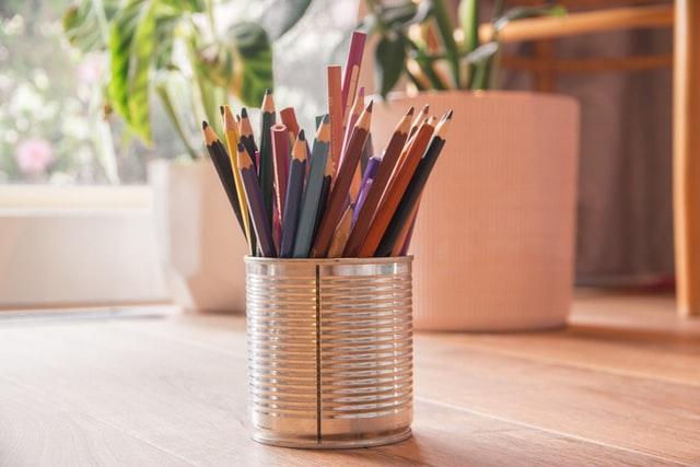 鉛筆立てと鉛筆の画像