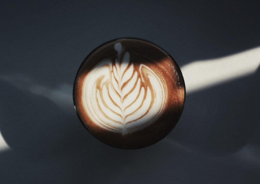 コーヒーにライトがあたる