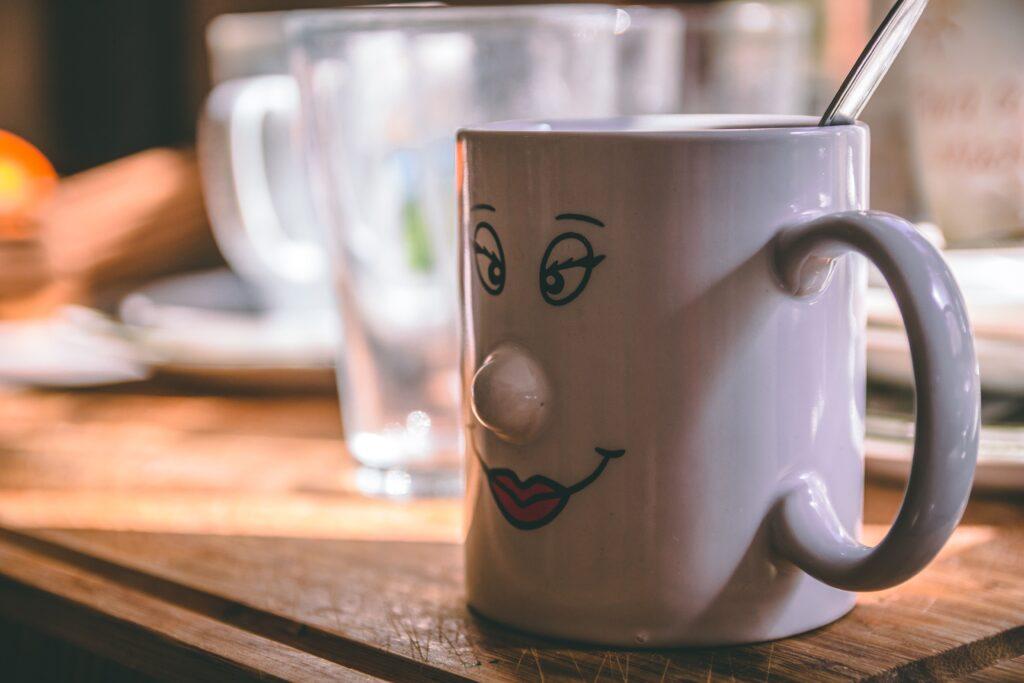 顔のコーヒーカップ