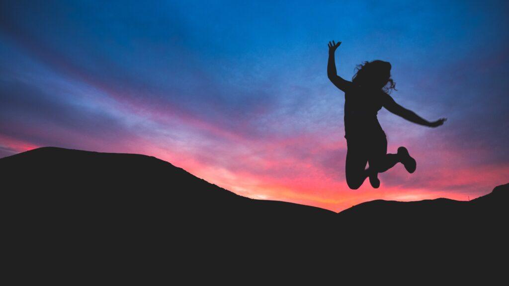 飛び跳ねている女性